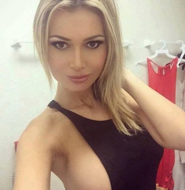 Die sexy Blondine zeigt ihre geilen Sideboobs