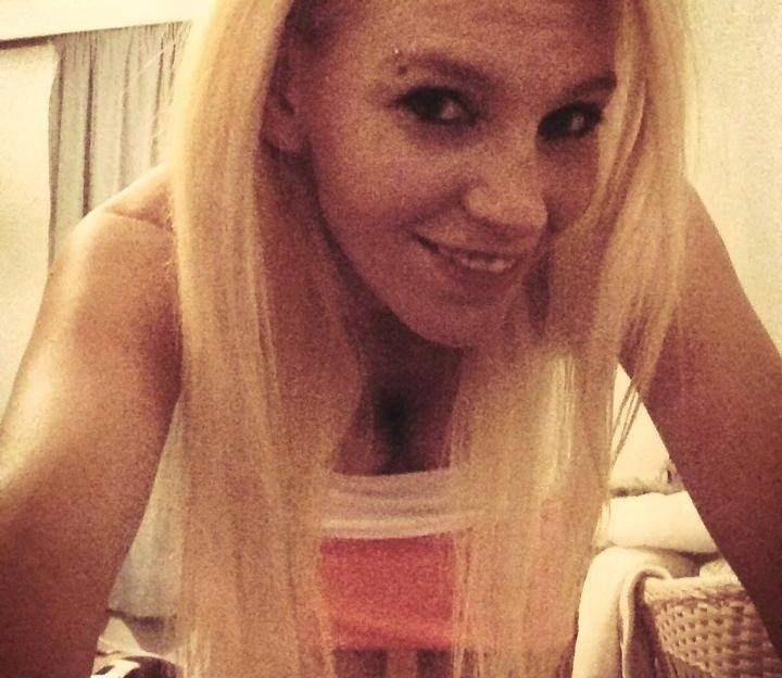 Diese blonde Hexe ist ein heißer Feger in Amateur Pornos