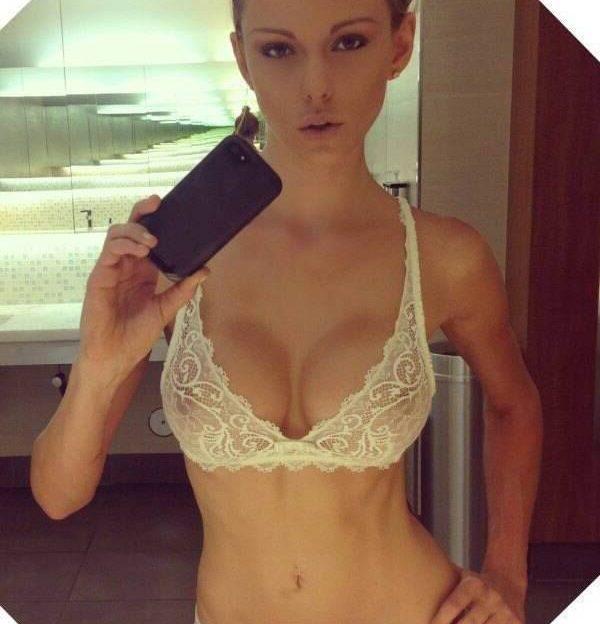 Sexy blondes Luder in heißen Dessous auf einem Selfie
